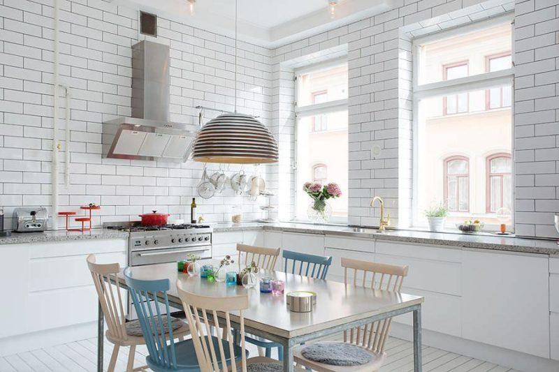 Белые кирпичные стены на кухне