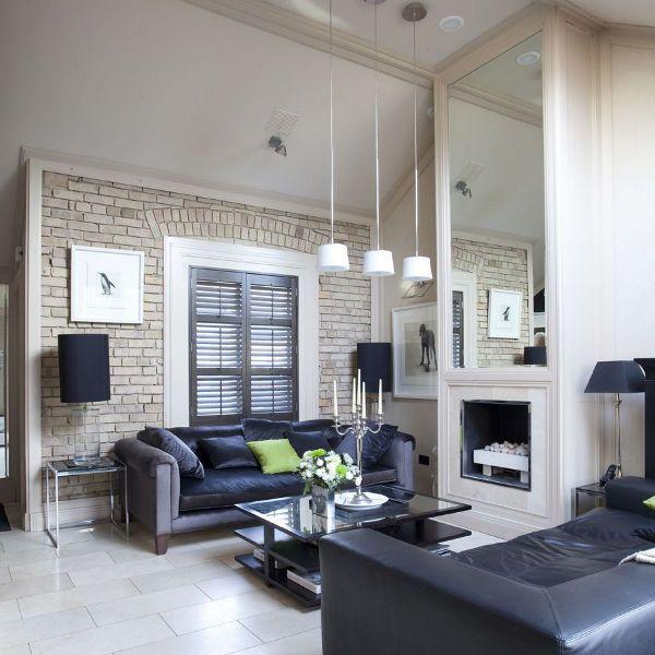 Кирпичная стена в современной гостиной