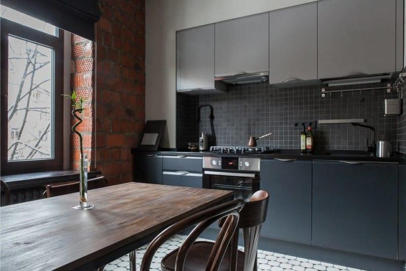 Кирпичные стены в кухне и столовой