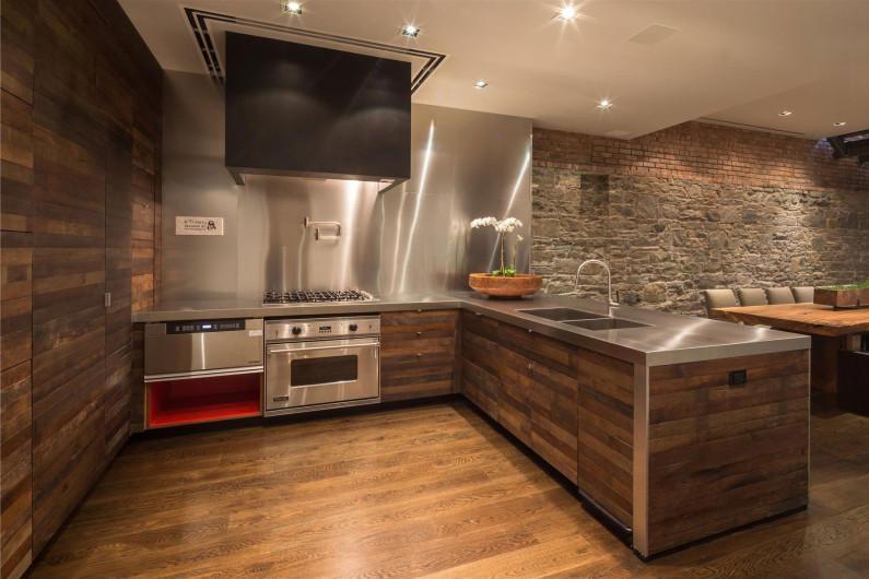 Кирпичные стены в современной кухне