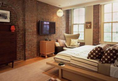 Кирпичные стены в спальне