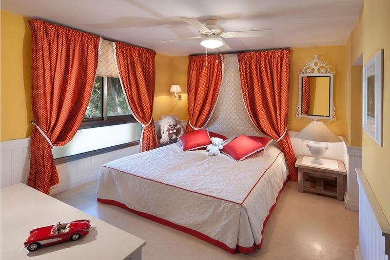 Дизайн спальни: яркие акценты из штор