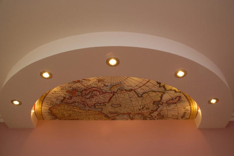 потолок из гипсокартона в детской с картой