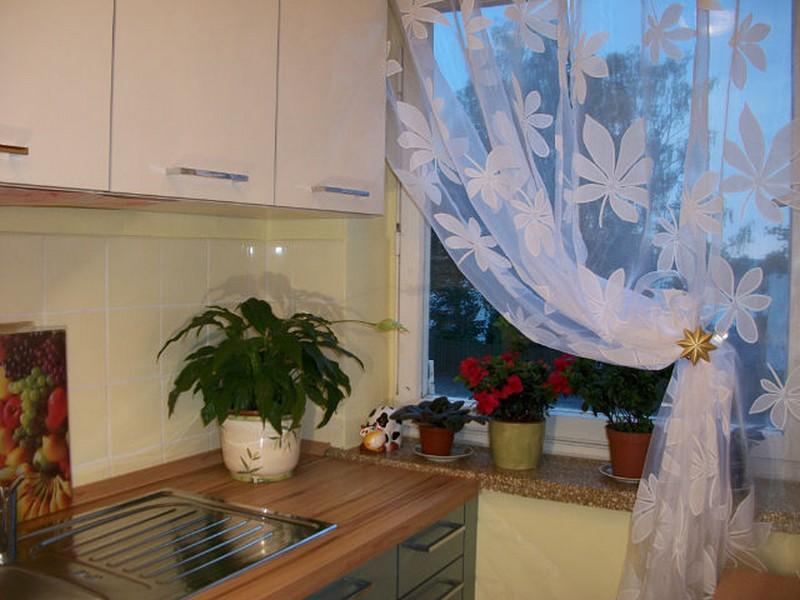 кухня: как оформить маленькое окно