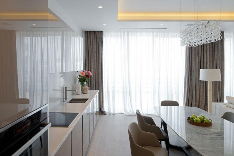 Дизайн кухни: стиль минимализм и шторы