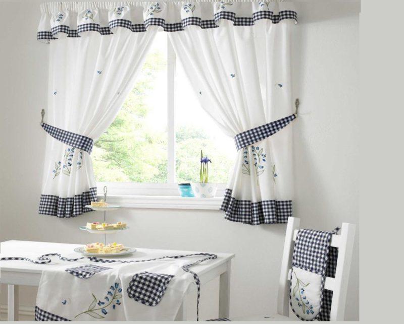 Дизайн кухни: белые шторы
