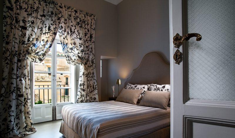 Дизайн спальни: шторы на окно с балконом