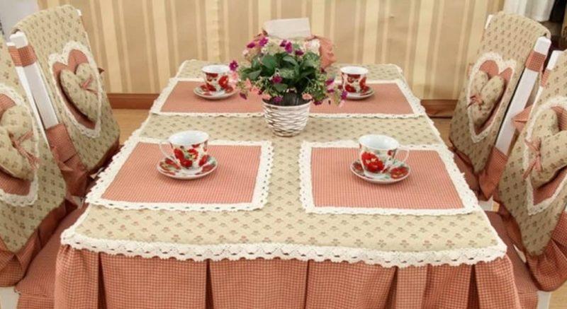 Декор кухни: занавески и скатерть в оформлении