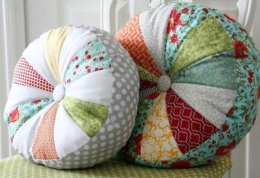 Как украсить дом декоративными подушками