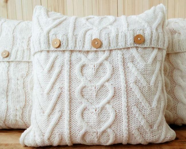 Украшение дома вязанными подушками