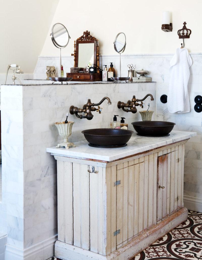 накладная раковина в ванной в ретро стиле