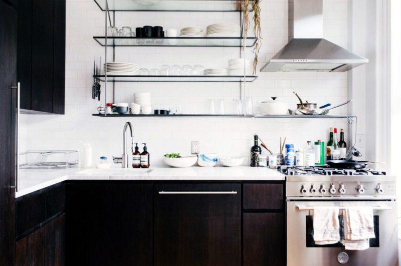 Кухонные полки: современный стиль