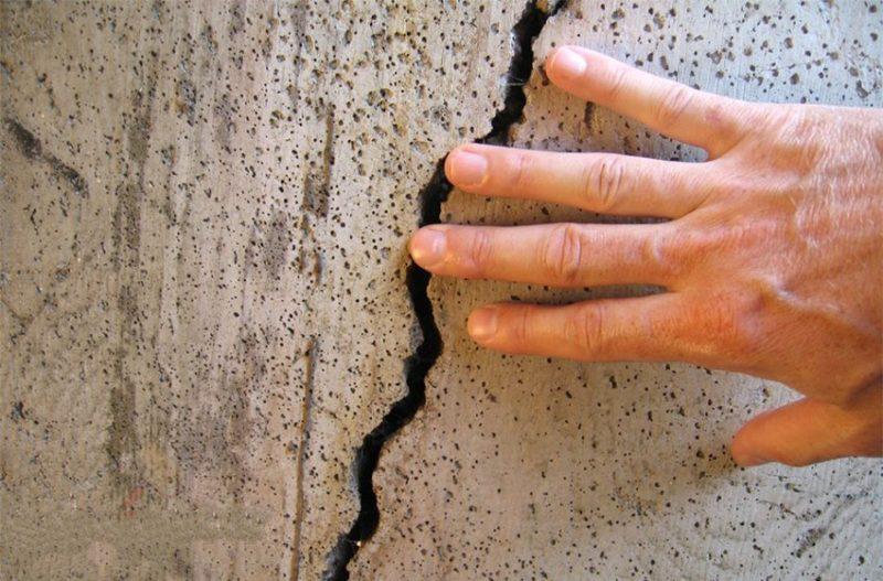 Ремонт в доме: заделка трещин в стене