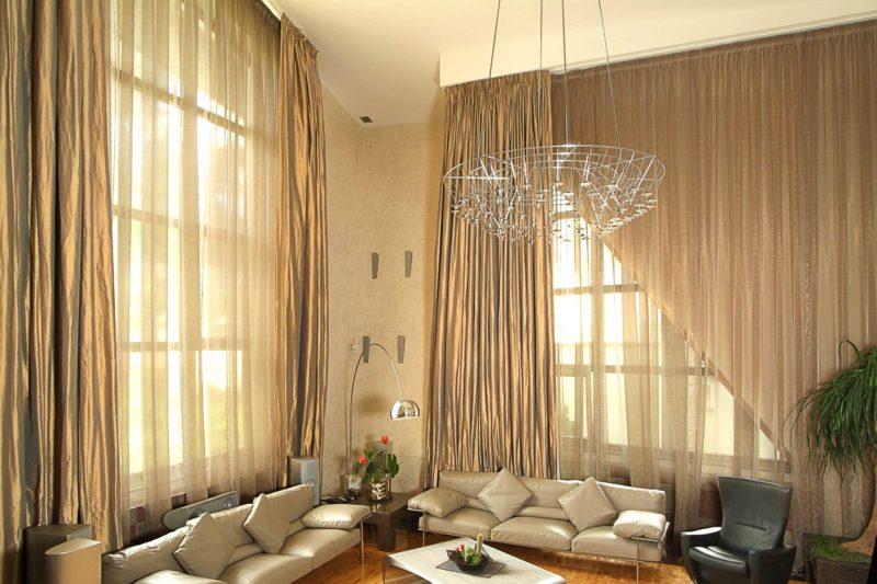 Выбор штор с балконной дверью: асимметричные шторы