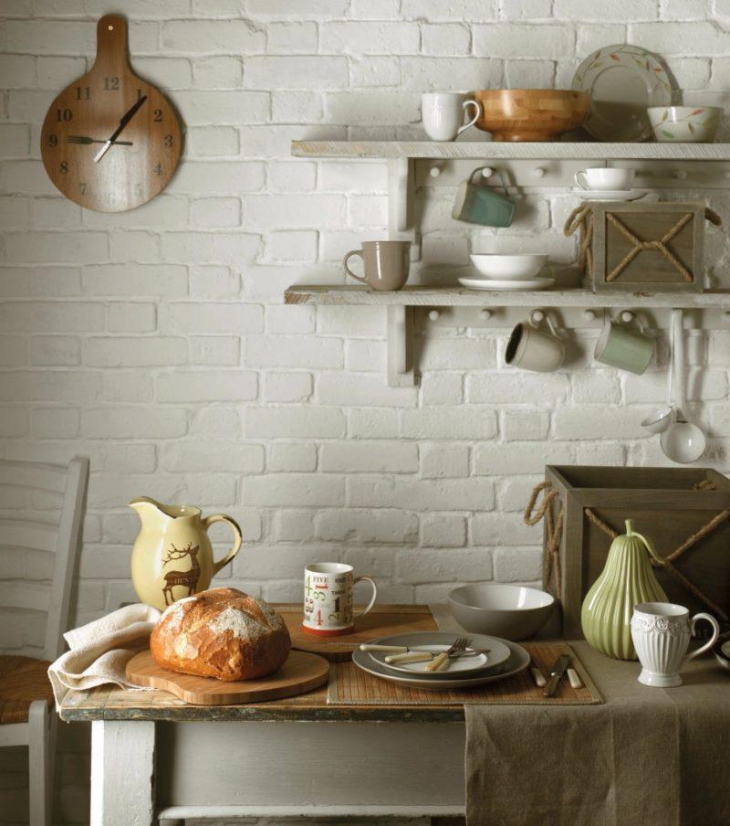 Полки над столом в дизайне кухни