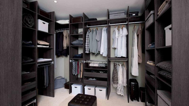 Как хранить вещи в гардеробной комнате