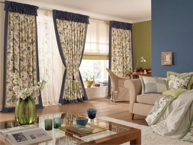 Как выбрать шторы в зал с балконной дверью с ламбикенами