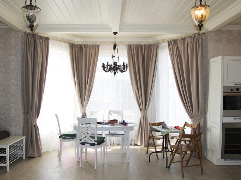 Оформление эркерного окна в гостиной