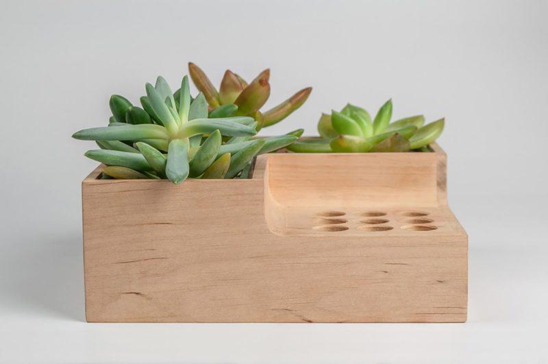 Как разместить цветы на деревянной полке