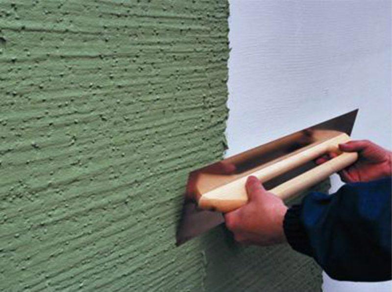 Ремонт в доме: нанесение штукатурки на стену
