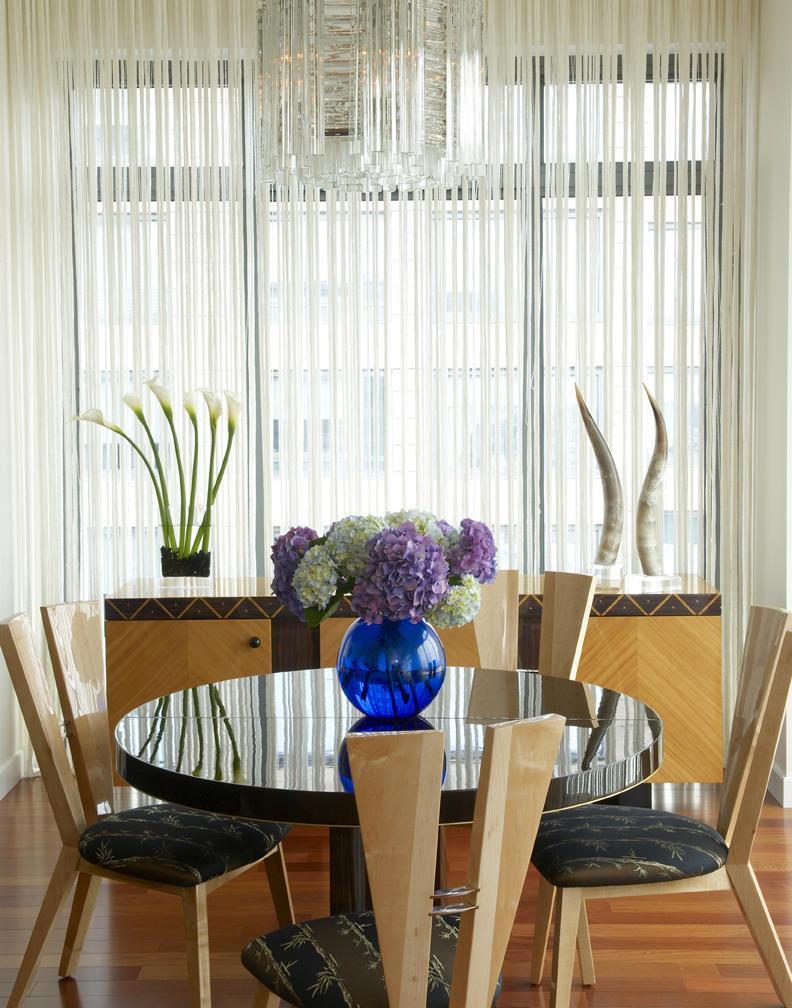 Кухня: декор окна современными нитяными шторами