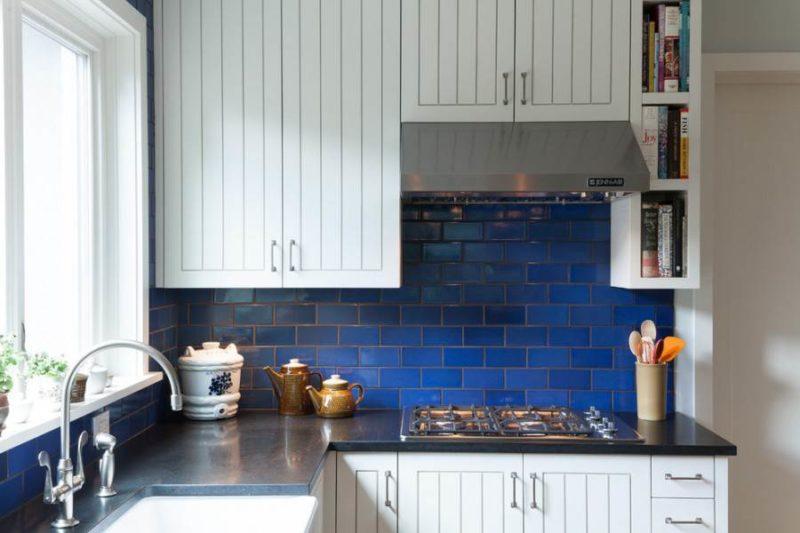 плитка кабанчик синего цвета на фартуке в кухне