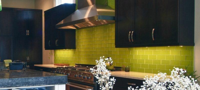 фартук салатного цвета на кухне