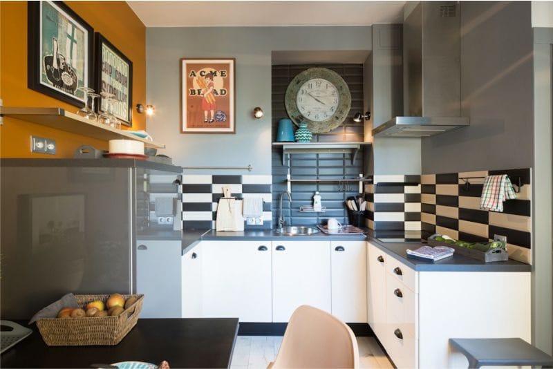 плитка кабанчик двух цветов на фартуке в кухне