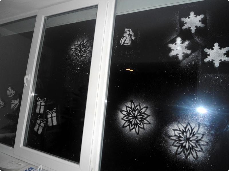 украшение окон из зубной пасты к новому году