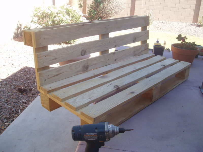 садовая скамейка из поддонов