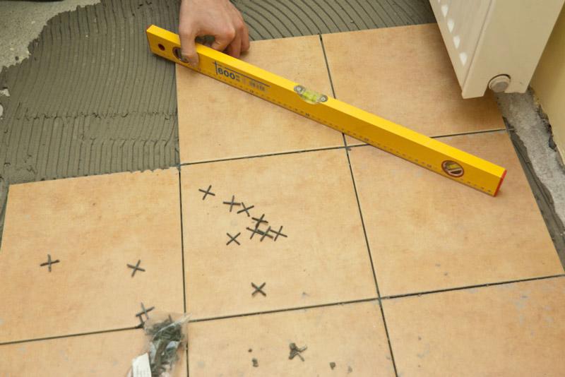 Укладка плитки на пол крестики
