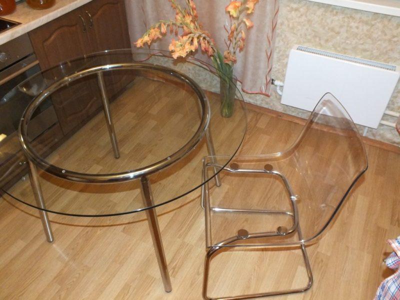 прозрачные стулья на маленькой кухне