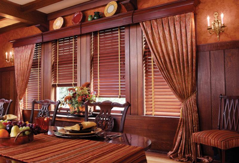 Жалюзи: как оформить окно в деревянном доме