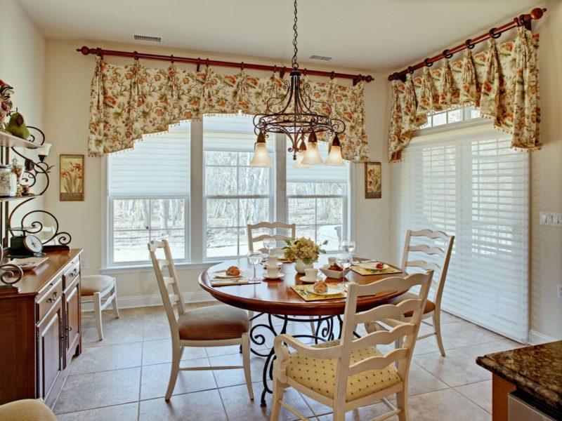Дизайн окна кухни: ламбрекен