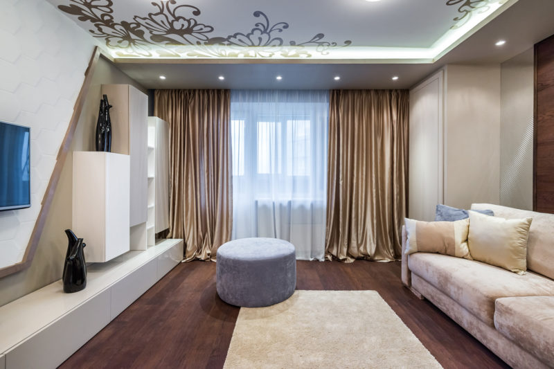Оформление гостиной шторами
