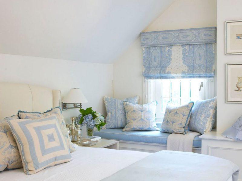 Короткие римские шторы в интерьере спальни