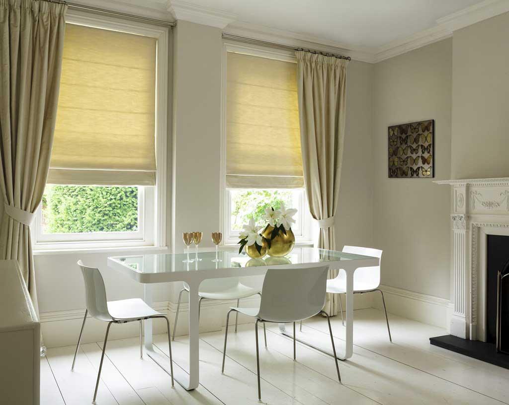 Рулонные шторы: дизайн окна на кухне