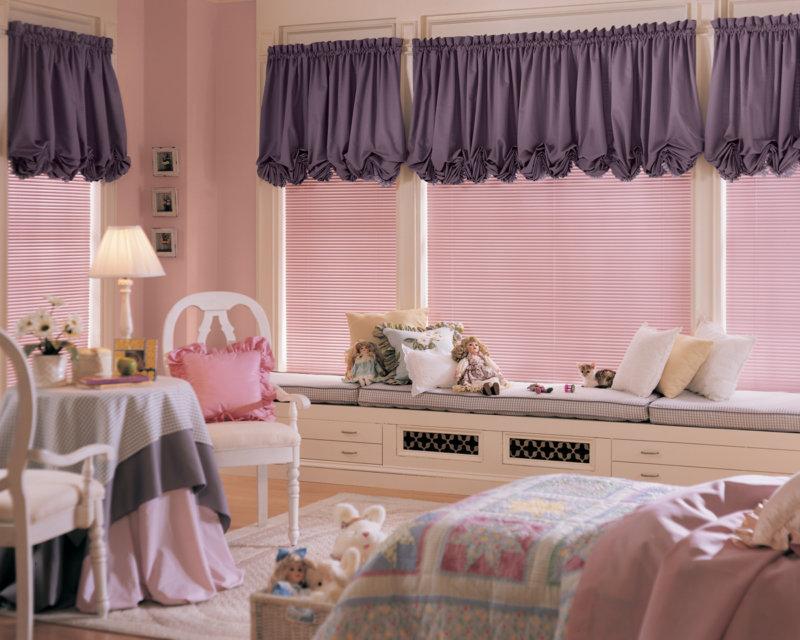 Фиолетовые шторы в дизайне детской комнаты