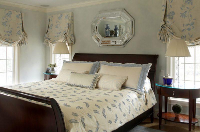 Короткие шторы в спальню: австрийский фасон