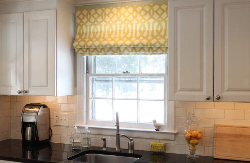 Дизайн кухни рулонными шторами