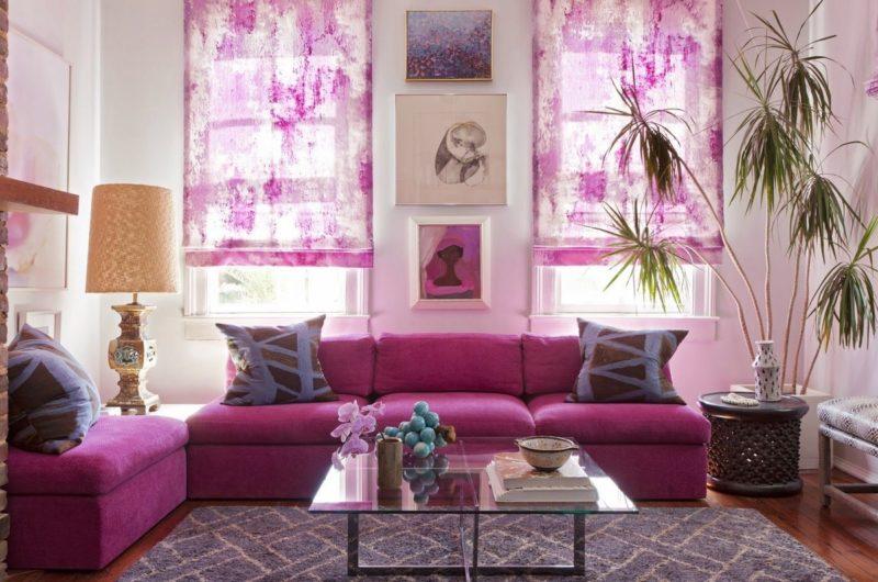 Дизайн интерьера короткими фиолетовыми шторами