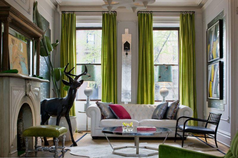 Оформление узких и длинных окон в гостиной шторами