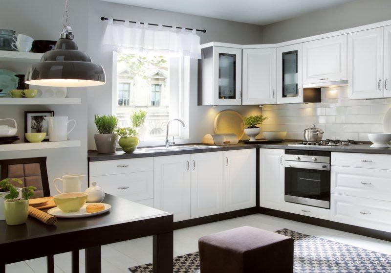 Плюсы и минусы штор с ламбрекенами для кухни