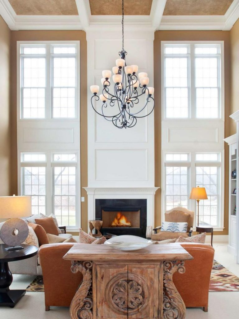 Особенности штор для гостиной с двумя окнами