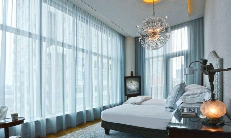 Как в спальне оформить два окна: дизайн шторами