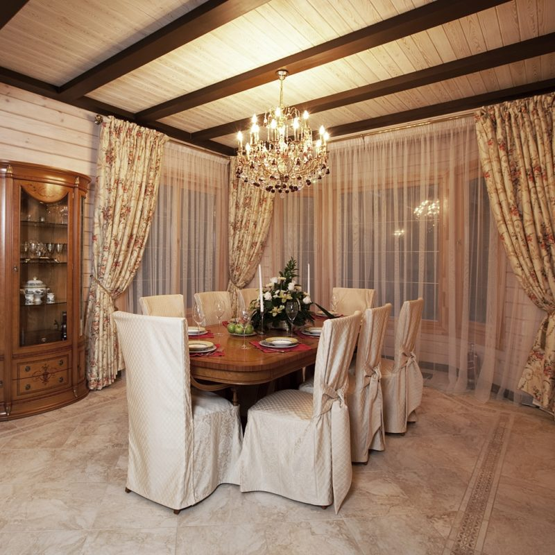 Деревянный дом: классические шторы