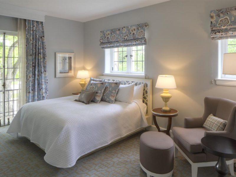 Большая спальня как выбрать короткие шторы для подоконника