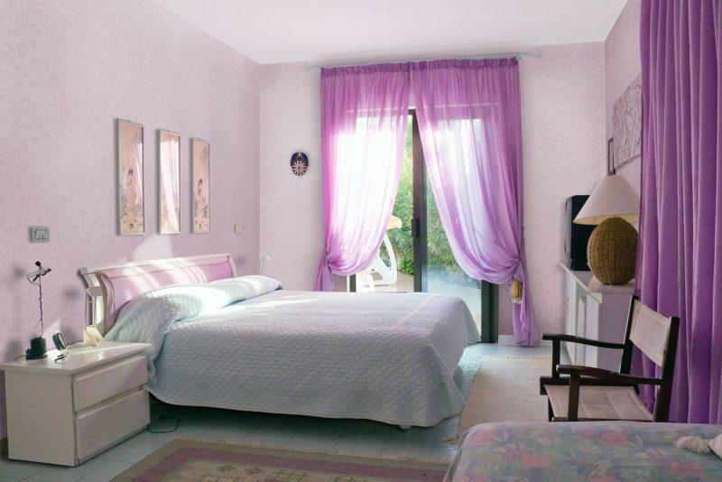 Оформление интерьера помещения фиолетовыми шторами в стиле минимализм