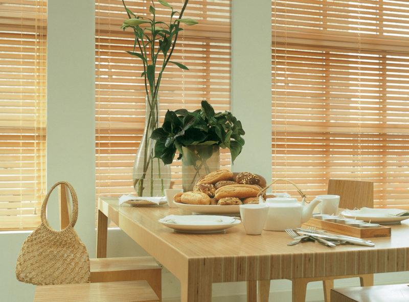 Дизайн кухни: жалюзи для окна